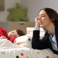 Nouveaux parents fatigués qui ont besoin de se faire chouchouter